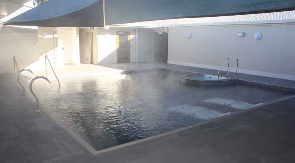camas e cadeiras de massagem para piscinas em hot is e