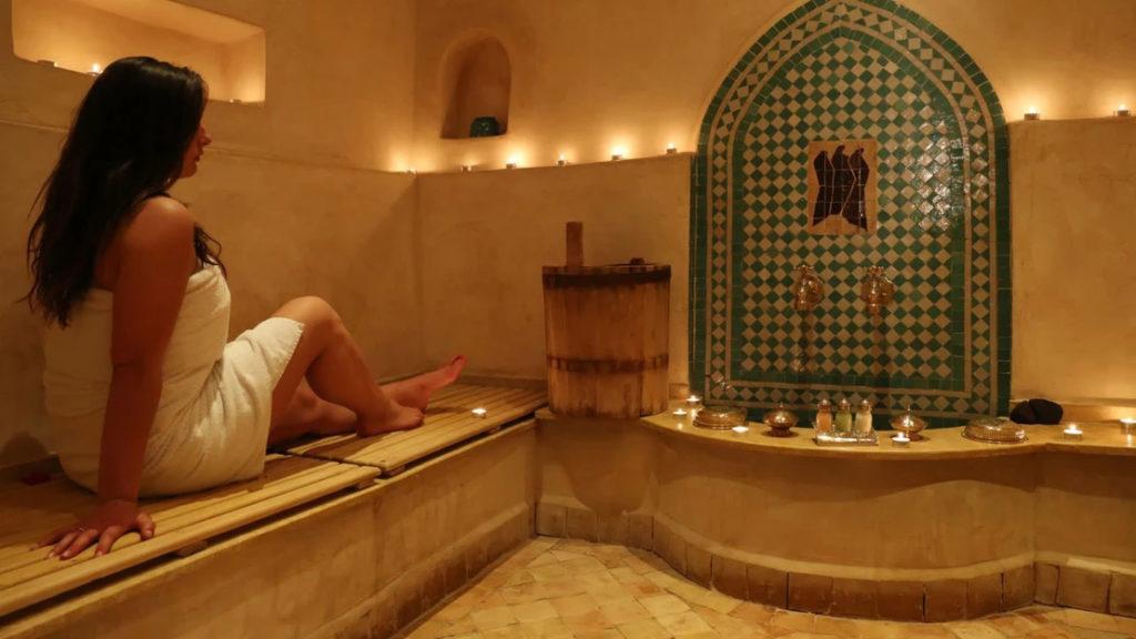 O banho turco tem vários benefícios para a saúde, nomeadamente a nível dos pulmões.