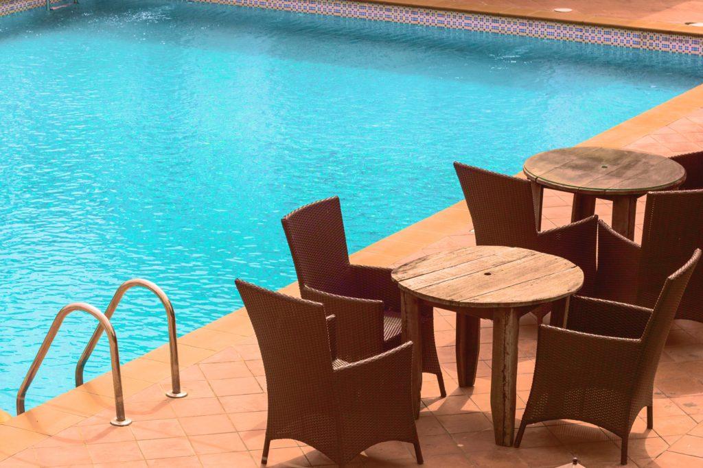Usar sal ou cloro influencia o ambiente em redor da piscina