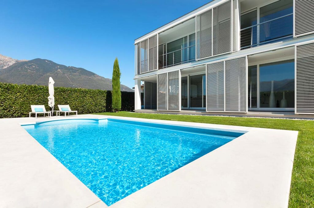 Moradia moderna com piscina no jardim
