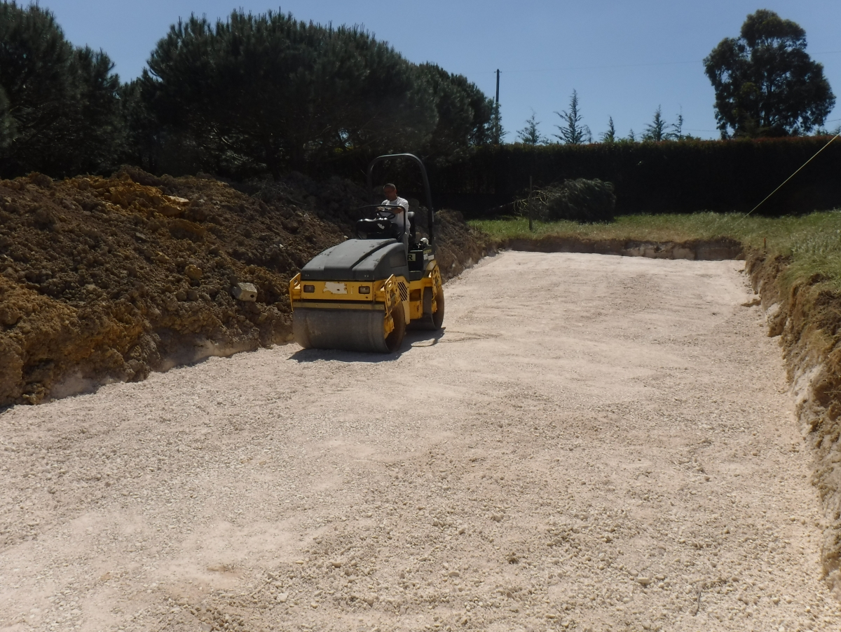 Compactação de terreno antes da construção das piscinas